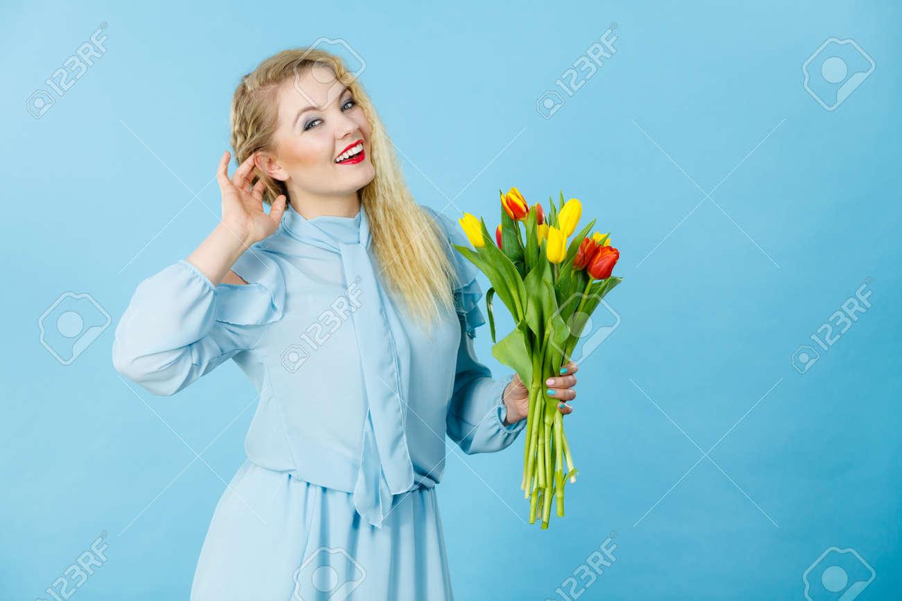 017ecac7d Retrato Hermoso Del Pelo Rubio De La Mujer Bonita Con Los Tulipanes  Amarillos Rojos, Manera Compone, Vestido Elegante. Día De La Madre.