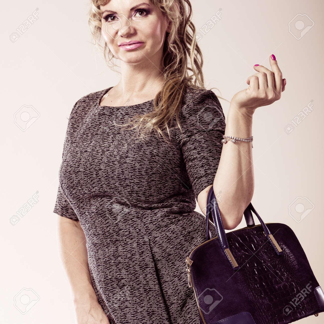 Sac De Robe Grise Mature Blonds À Avec Femmes Concept MainJolie Longs Une Portant Et Femme A Cheveux Mode AccessoiresDame MLzVjUpGqS