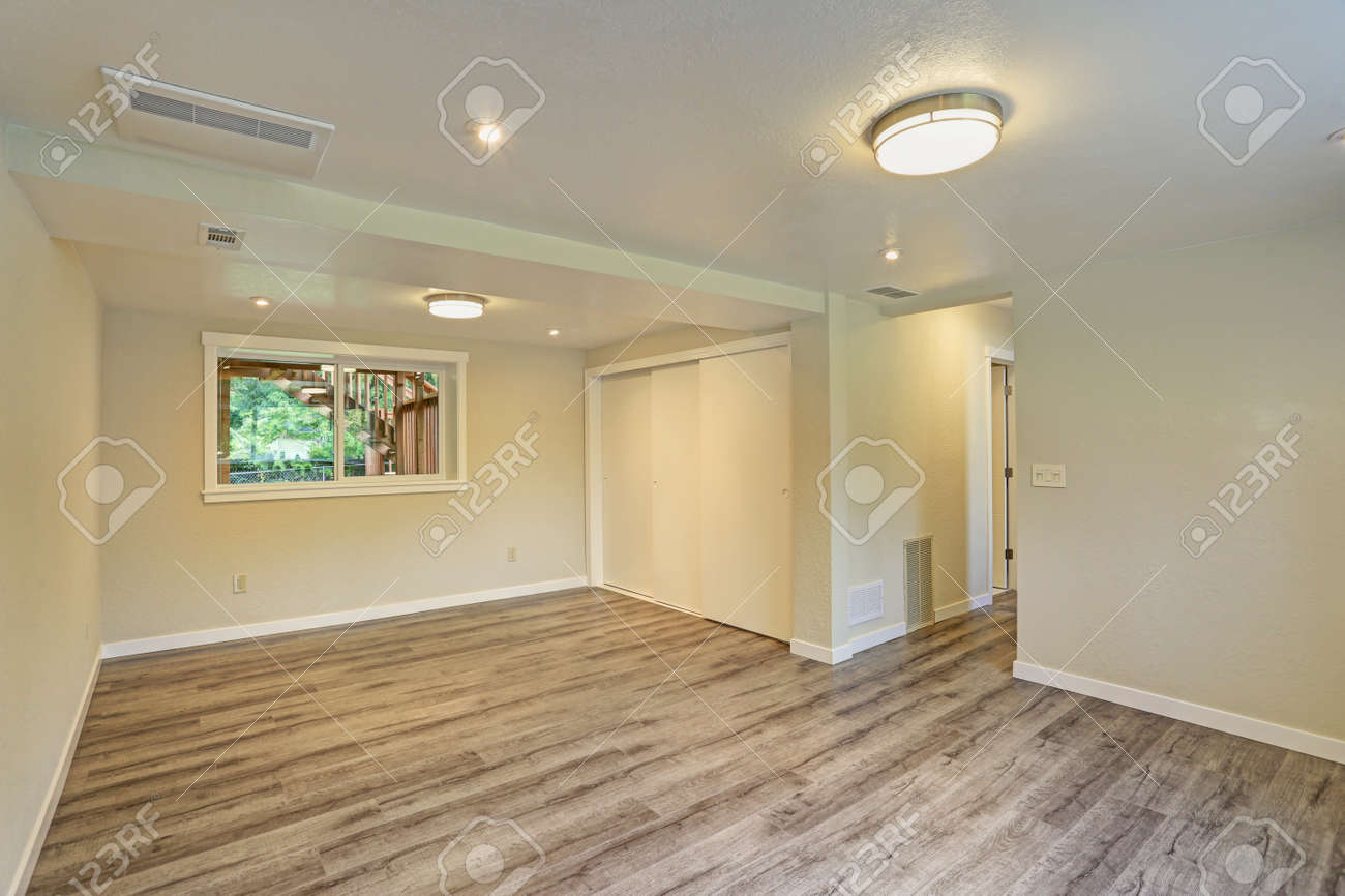 Heller Beige Großer Leerer Raum Mit Massivholzboden, Einbauschrank ...