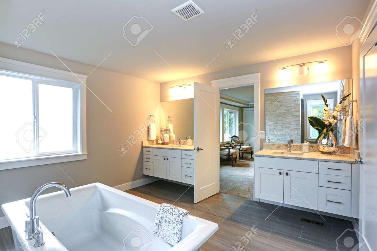 Amazing Master Badezimmer Mit Weißen Badezimmer Eitelkeiten,  Marmor Arbeitsplatten, Rechteckige Spiegel Und