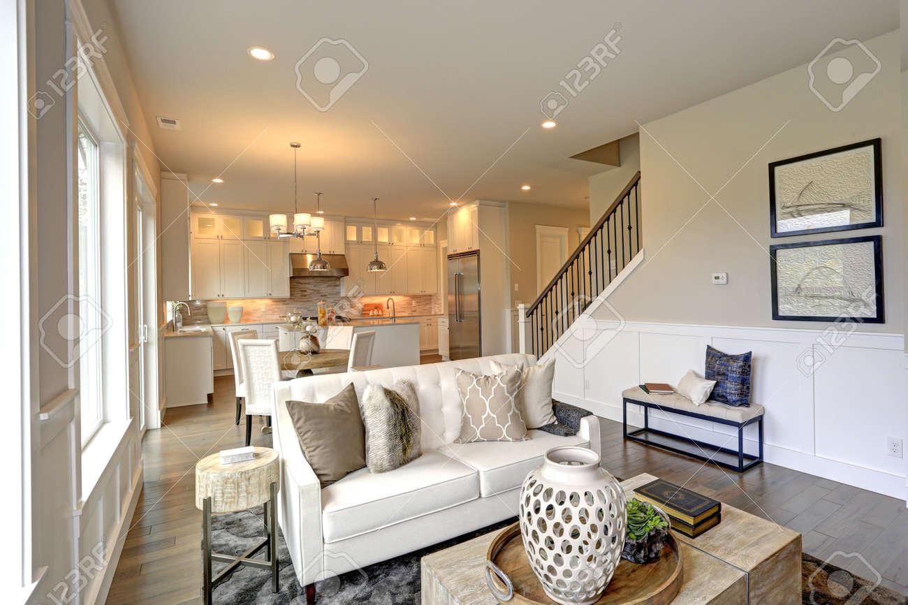 Entspannendes Weißes Wohnzimmer In Einem Luxus Neubau Haus Verfügt über  Weiche Farbige Tan Wände