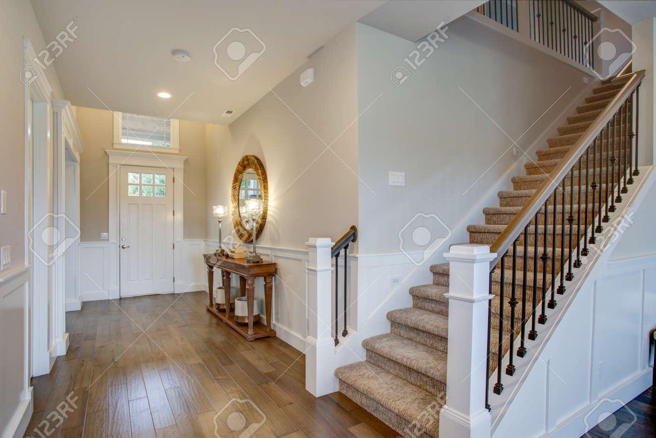 Fabuleux Hall D\'entrée Avec Un Mur D\'escalier Orné De Planche Et De ...