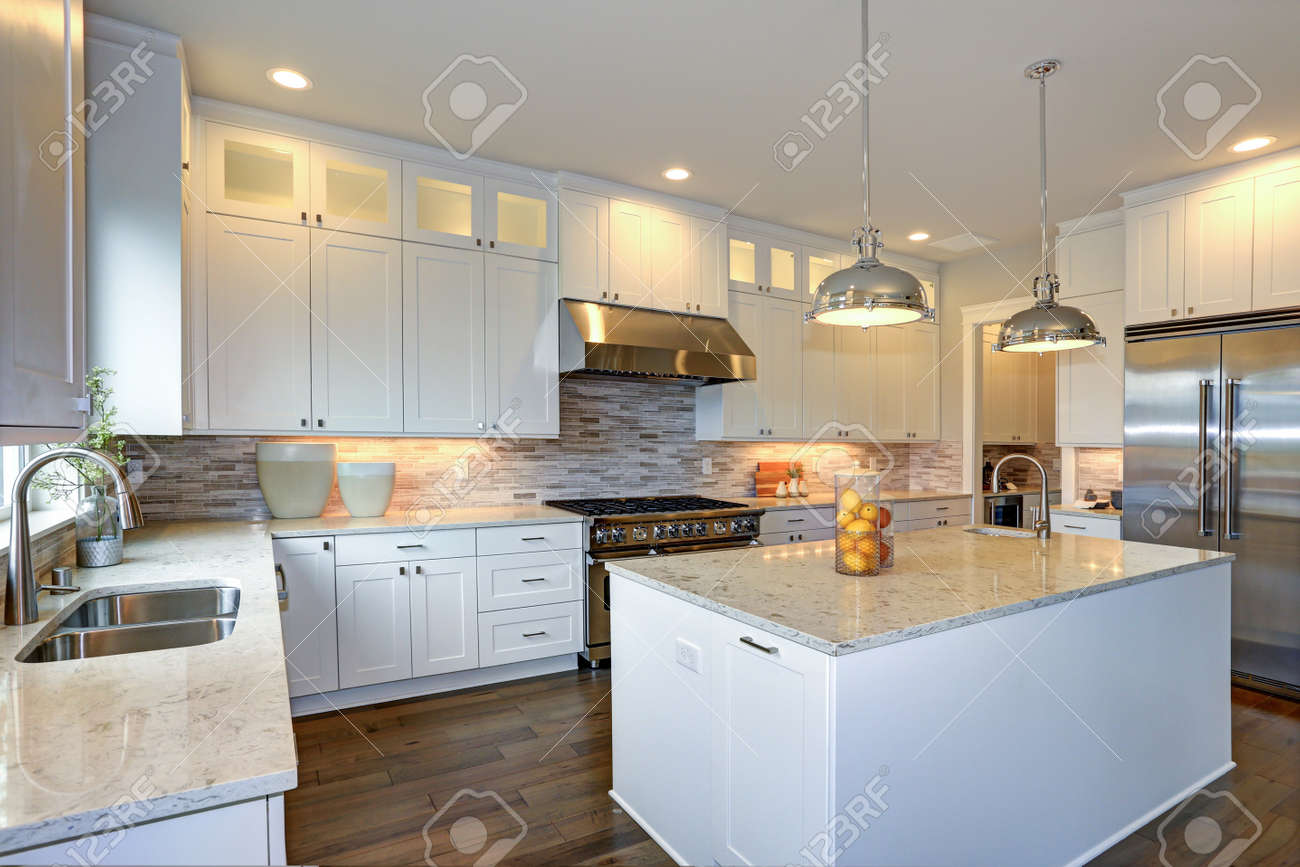 Increíble diseño de cocina blanca con gabinetes de shaker blancos  combinados con mostradores de mármol blanco y gris, gran península de  cocina blanca ...