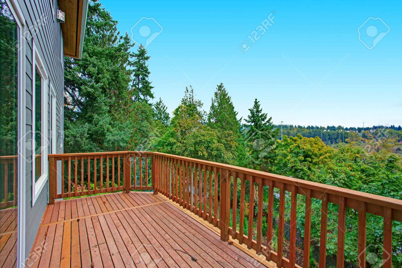 Luxuxneukonstruktionshaus Aussen Zweite Ebene Balkon Mit Holz