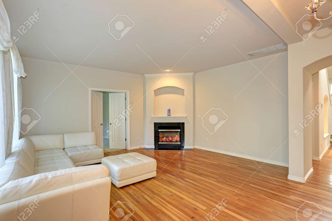 Sala De Estar Moderna Y Soleada Con Sección De Mechón Blanco Con ...