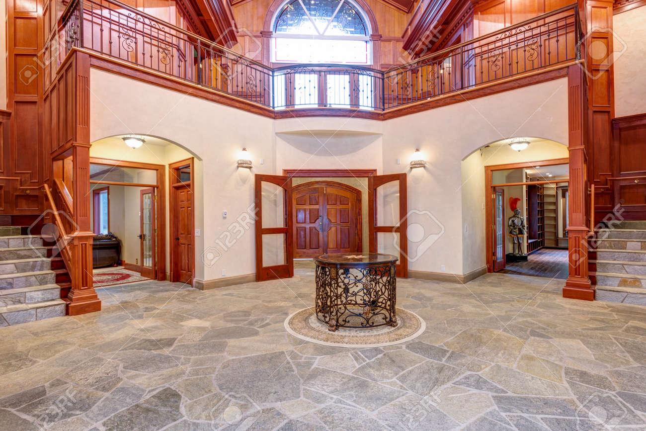 Impresionante Salon De Bodas Con Paredes Con Paneles De Madera Columnas Puertas Arqueadas Y Suelo De Baldosas De Piedra Natural