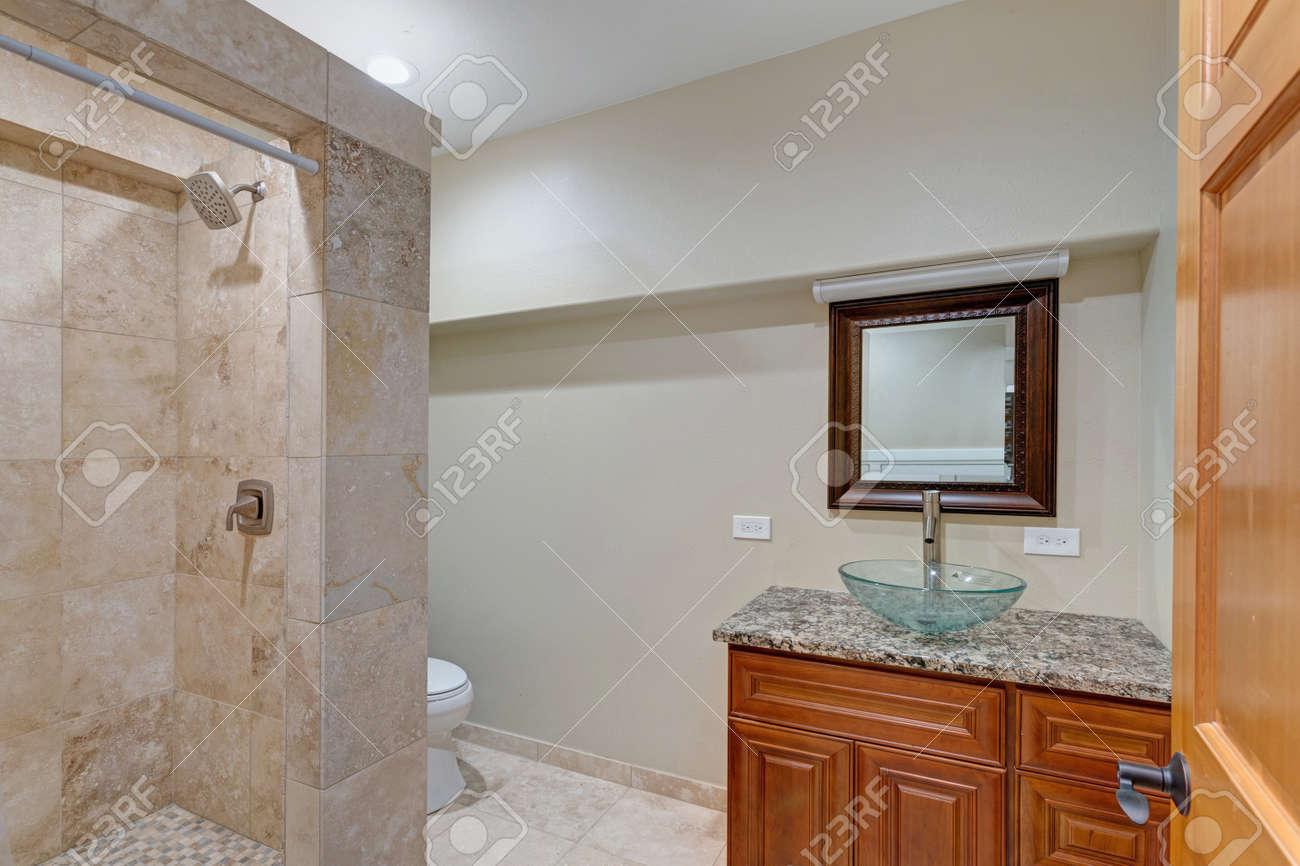 Luxury Mansion Interieur Verfügt über Neutral Beige Badezimmer Mit Hellen  Taupe Wände, Granit, Glas