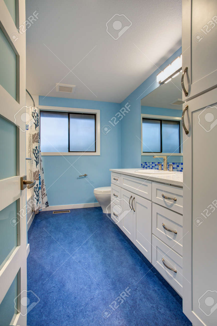 Gorgeous Bathroom With Blue Walls, Extra-wide Creamy White Single ...