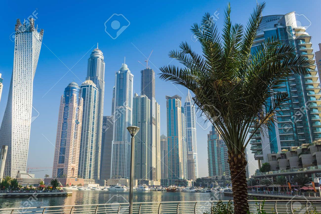 dubai emiratos rabes unidos de noviembre calles y edificios de gran altura