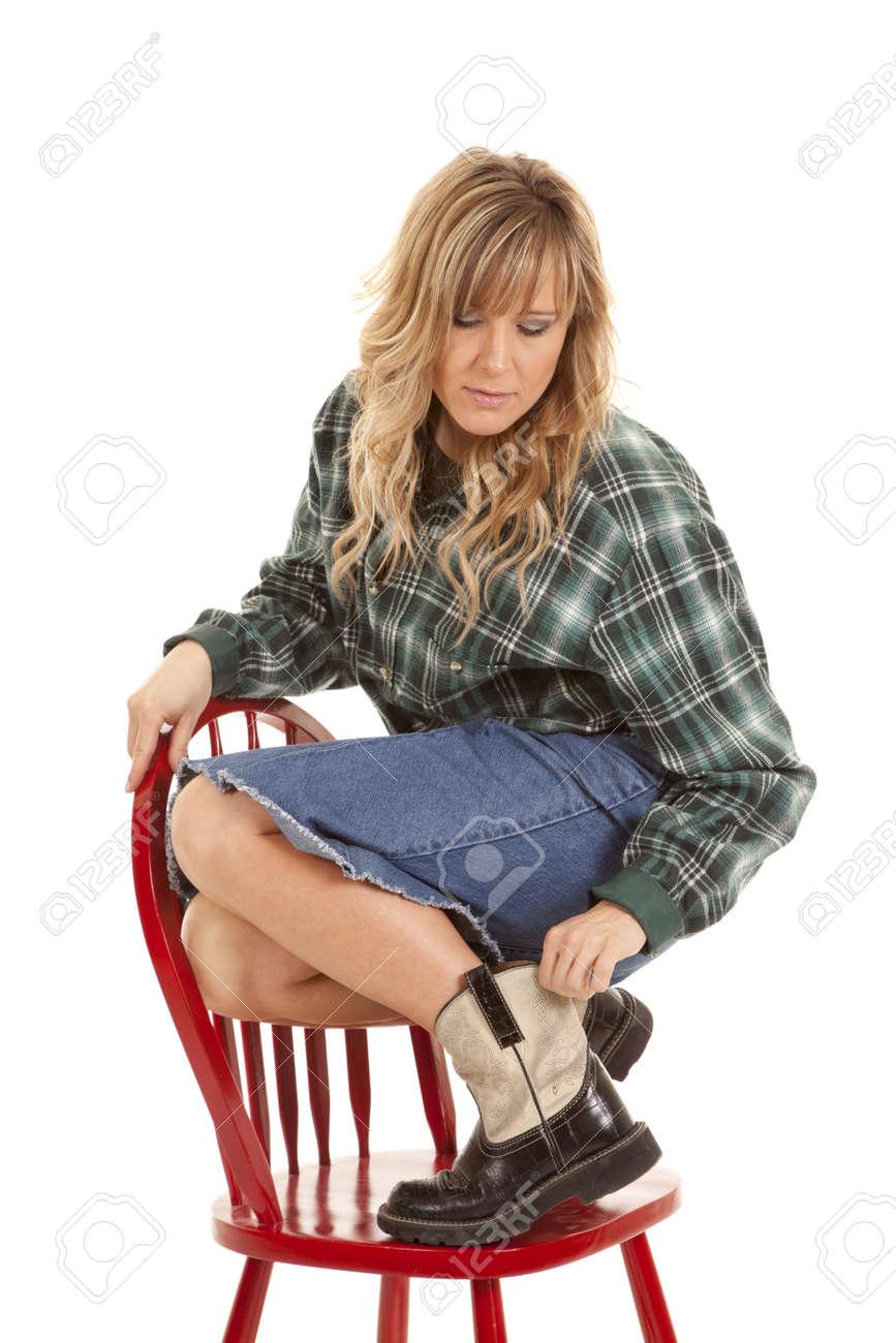 Bottes Dans Femme D'une Et Le Une Sur Des Chaise Sa Jupe Dessus yNOvmn0wP8