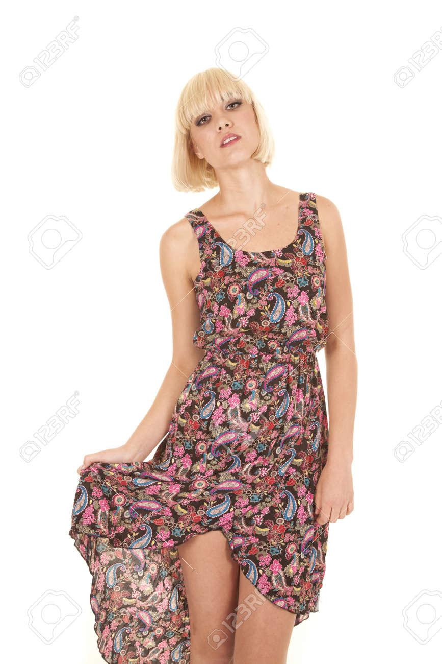 53938279d736 Archivio Fotografico - Una donna in un abito di cachemire è in piedi  cercando bella.