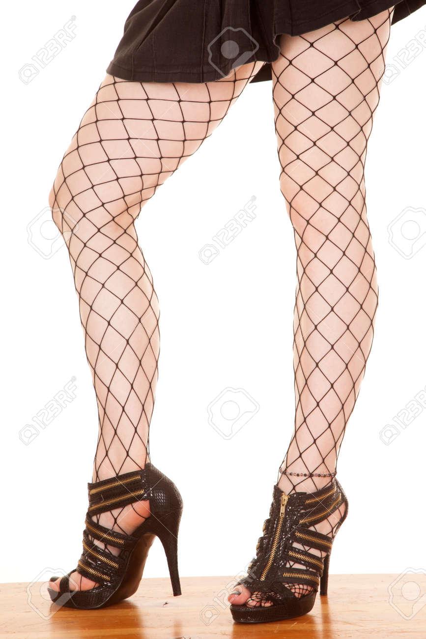pretty nice 97759 0c6a1 Una donna è in piedi in collant rete con i tacchi alti.