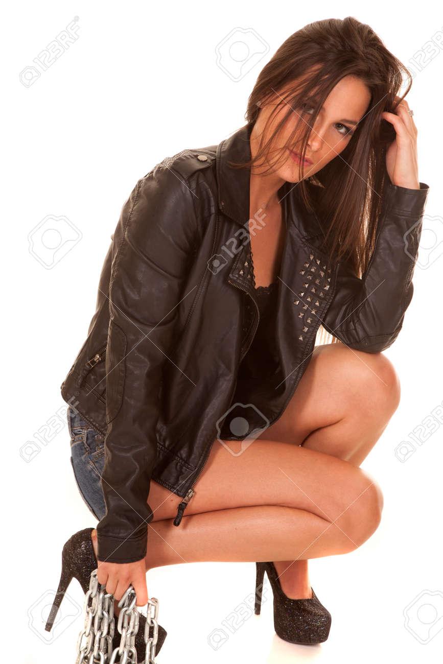 uk availability a6ff6 db673 Una donna è in posa con una catena e giacca di pelle nera.