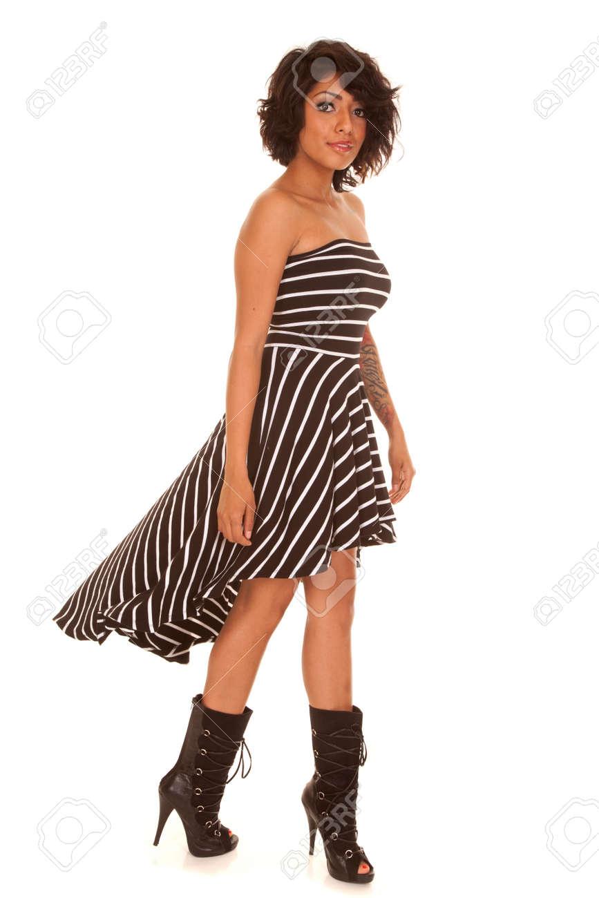 check out 8e92a 90924 Una donna ispanica nel suo vestito a righe bianco e nero, guardando con un  tatuaggio sul suo braccio.
