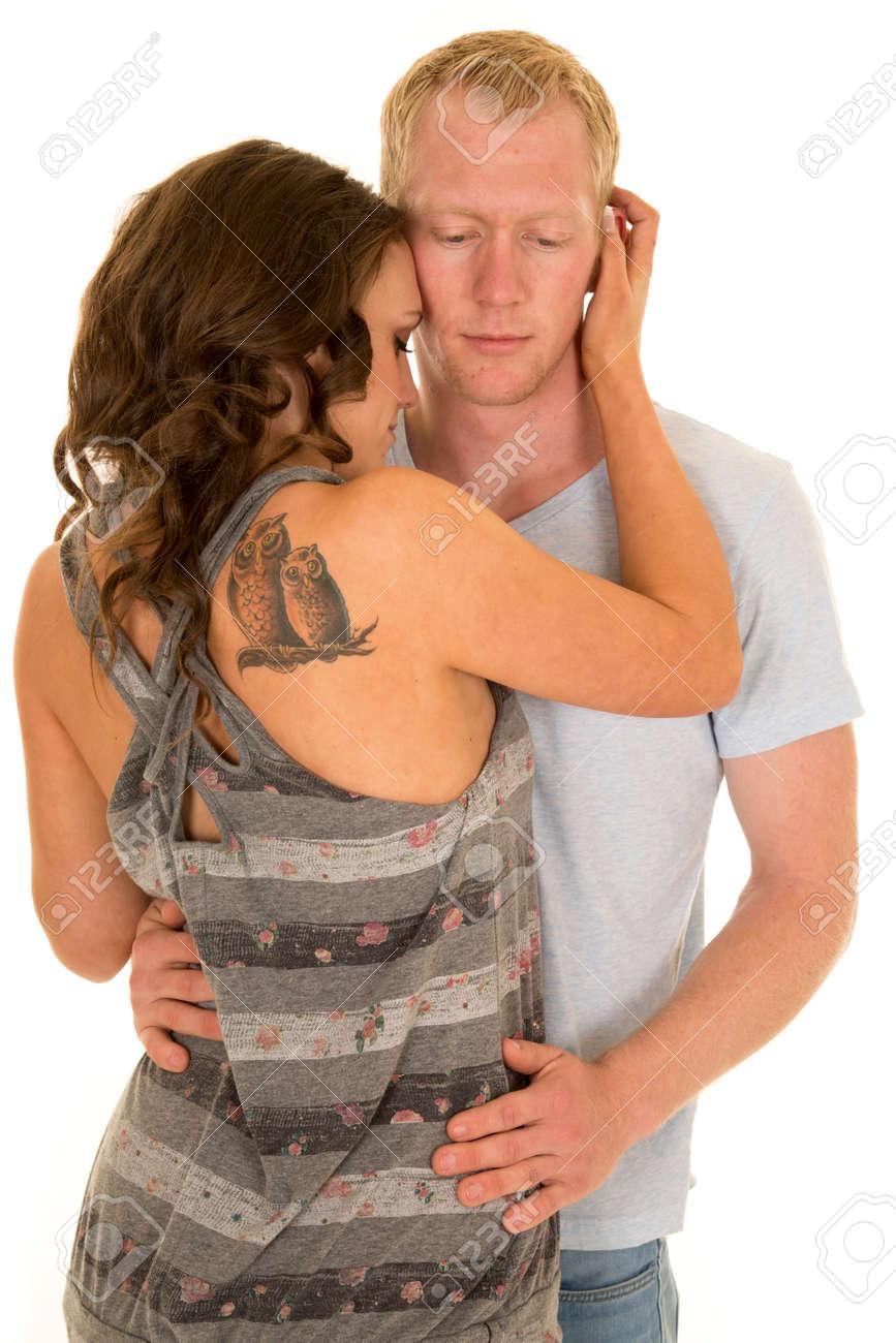 Un Homme Tenant A Sa Femme Pres Elle A Un Tatouage De Hibou Sur Son