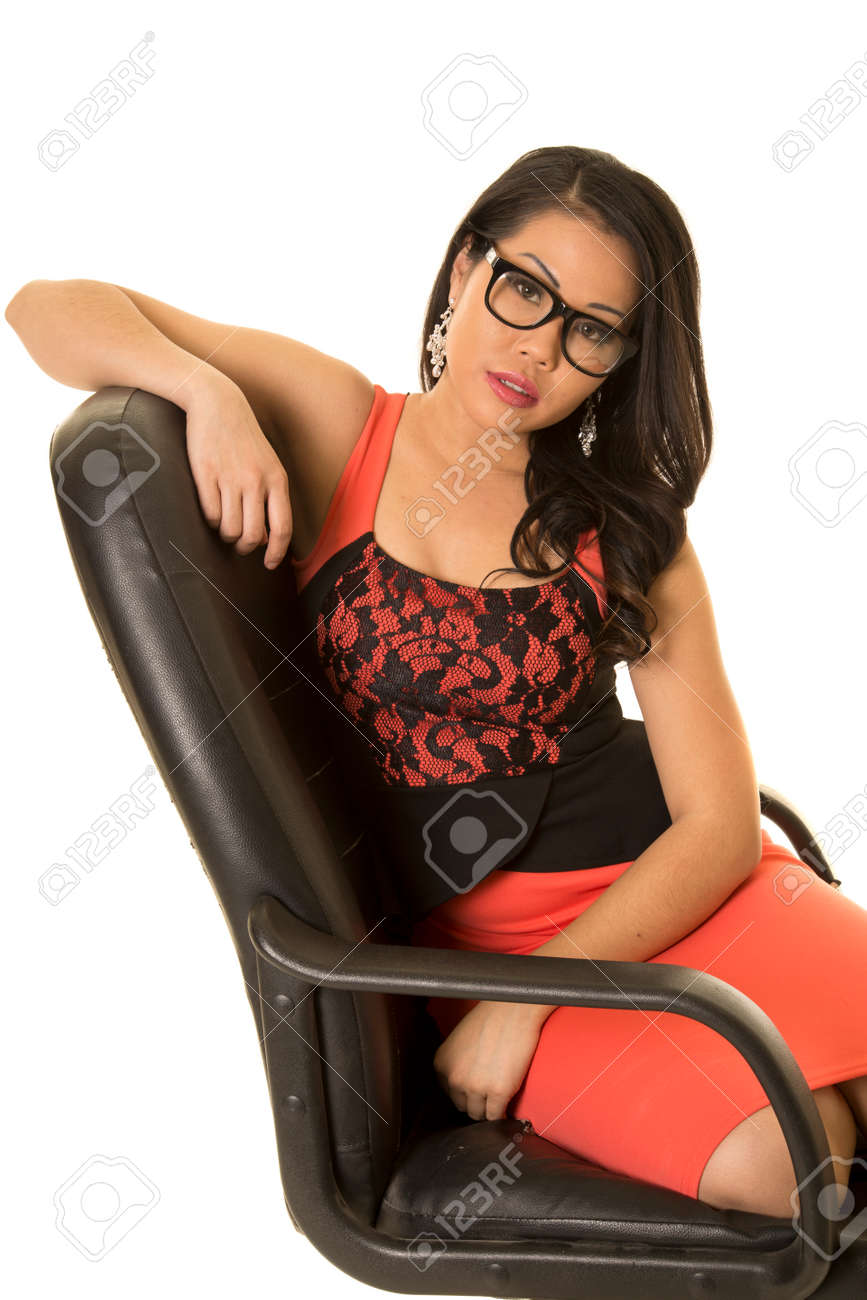 Femme Assise Dans De Bureau Expression Sérieuse Avec Chaise Sa Asiatique Une wOkTXZuPi