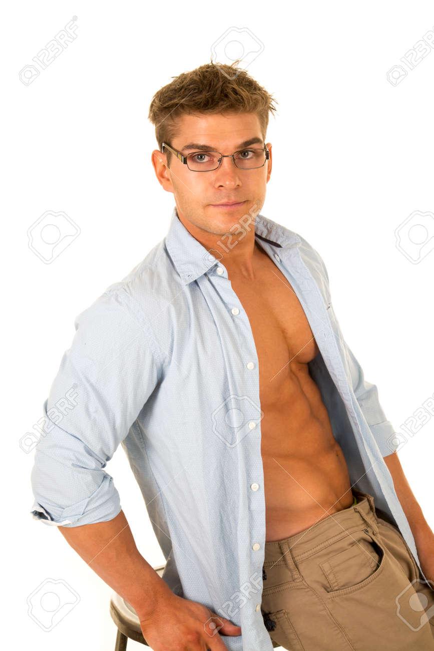 Ein Mann Sitzt Auf Einem Stuhl Mit Seinem Hemd Offen, Seine Brust ...