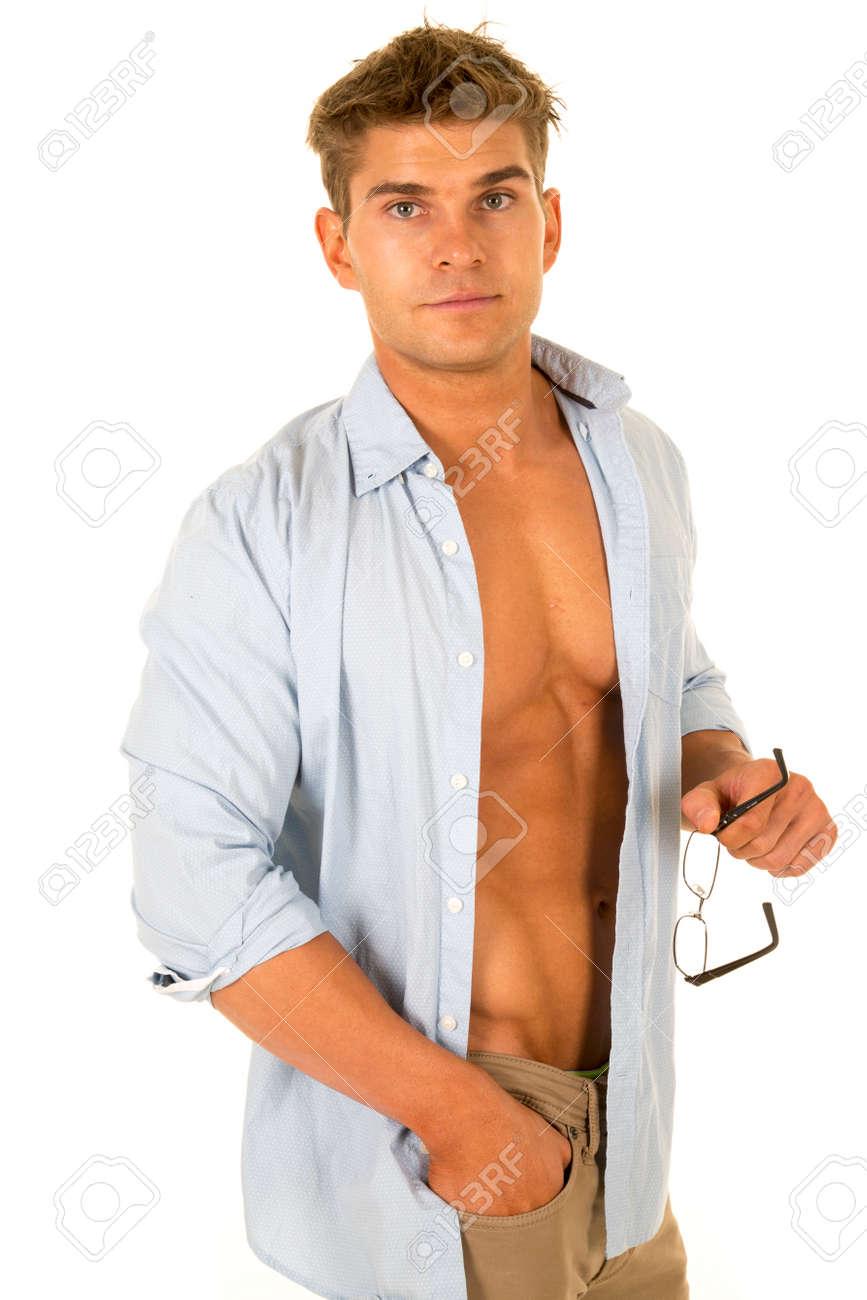 Ein Mann Mit Seinem Hemd Offen Und Seine Brust Vorführt, Um Seine ...