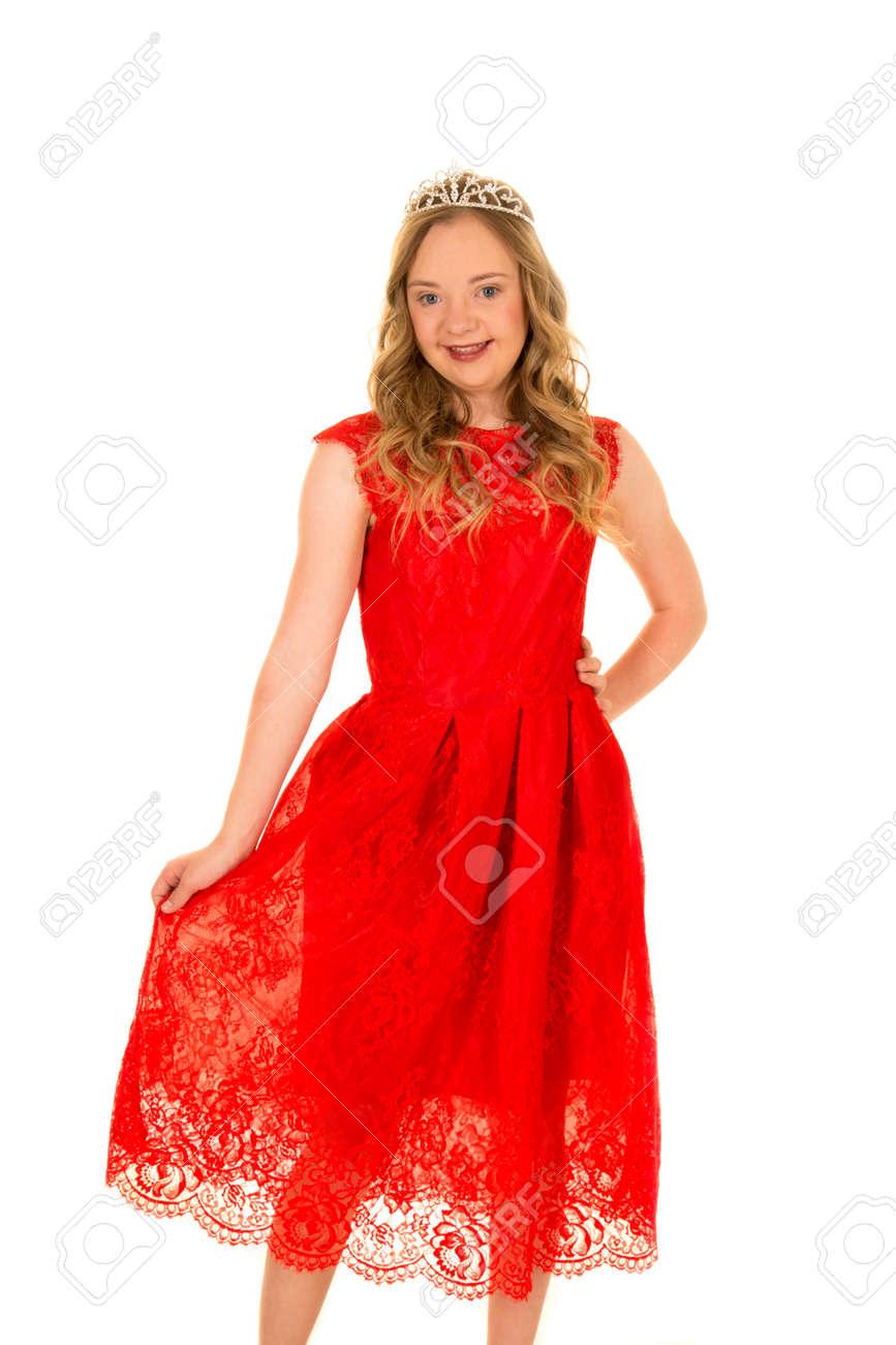 8df56e5e2690 Una mujer con síndrome de Down en su vestido rojo de encaje con una sonrisa  en su rostro.