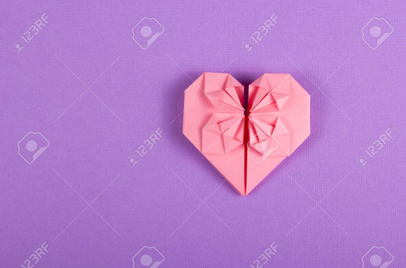 Rosa Valentinsgrußorigami Auf Einem Lila Hintergrund Herz Aus