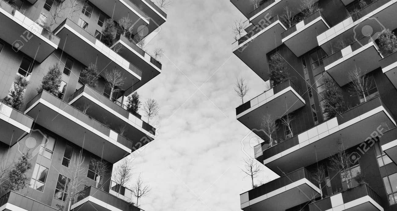 Terrazze Verdi Del Grattacielo Chiamato Boso Verticale Stock Photo ...