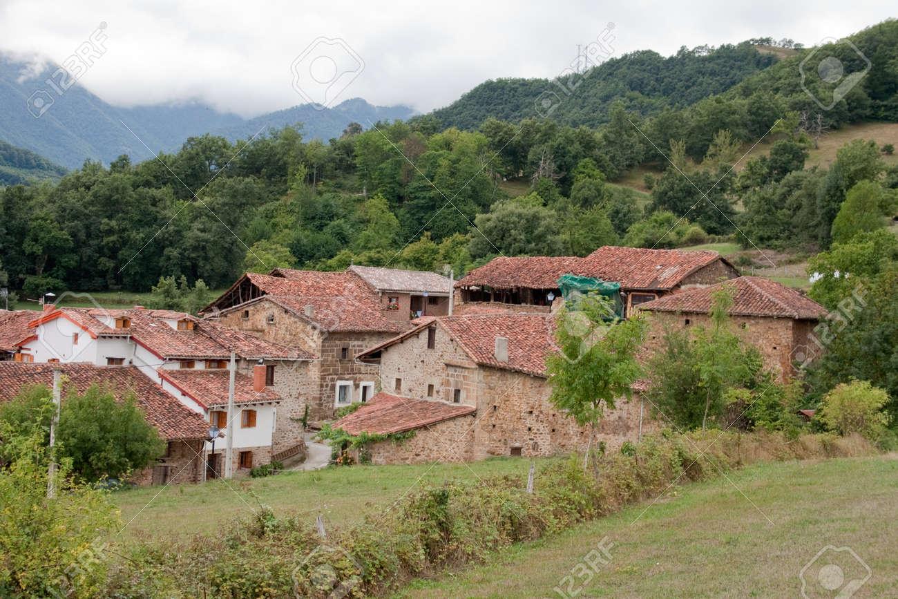 Case Di Montagna In Pietra : Immagini stock mogrovejo è un villaggio nella scenario di