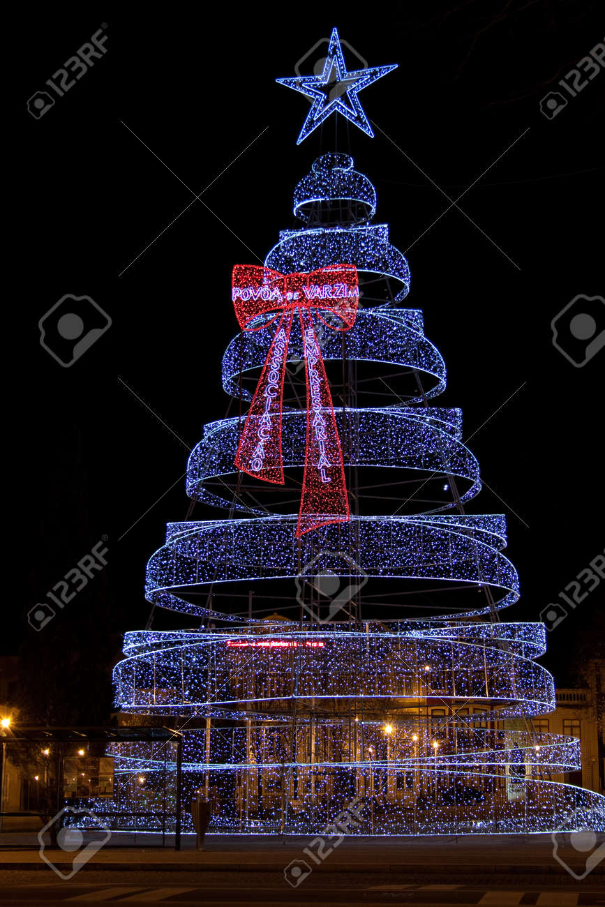 Albero Di Natale Luci Led.Albero Di Natale Fatto Di Migliaia Di Luci Led Nella Citta Di Povoa De Varzim