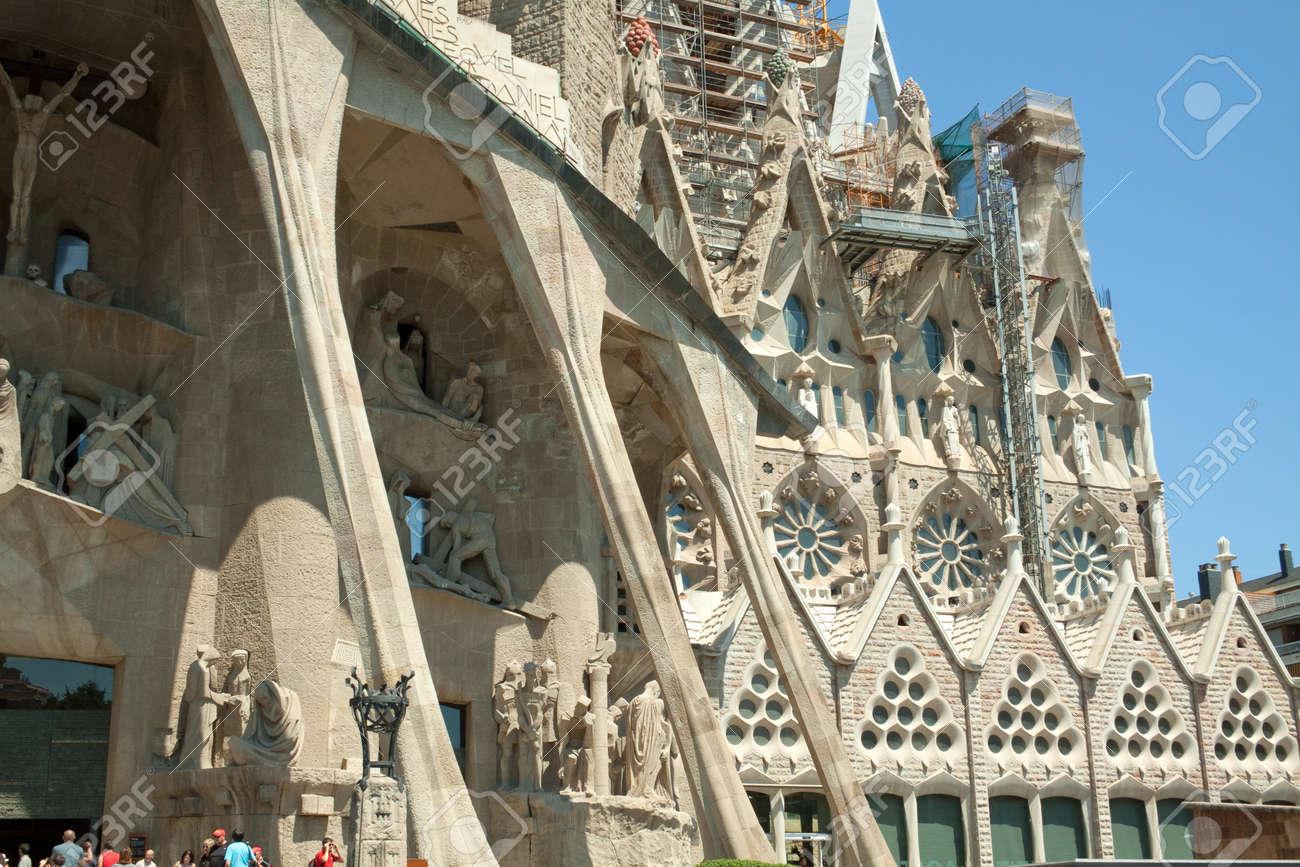 la sagrada familia es un smbolo de barcelona y la ms conocida obra del arquitecto antoni