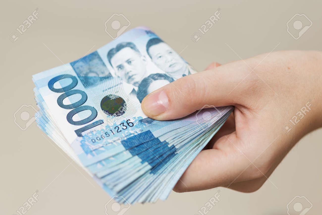 300 000 pesos to dollars