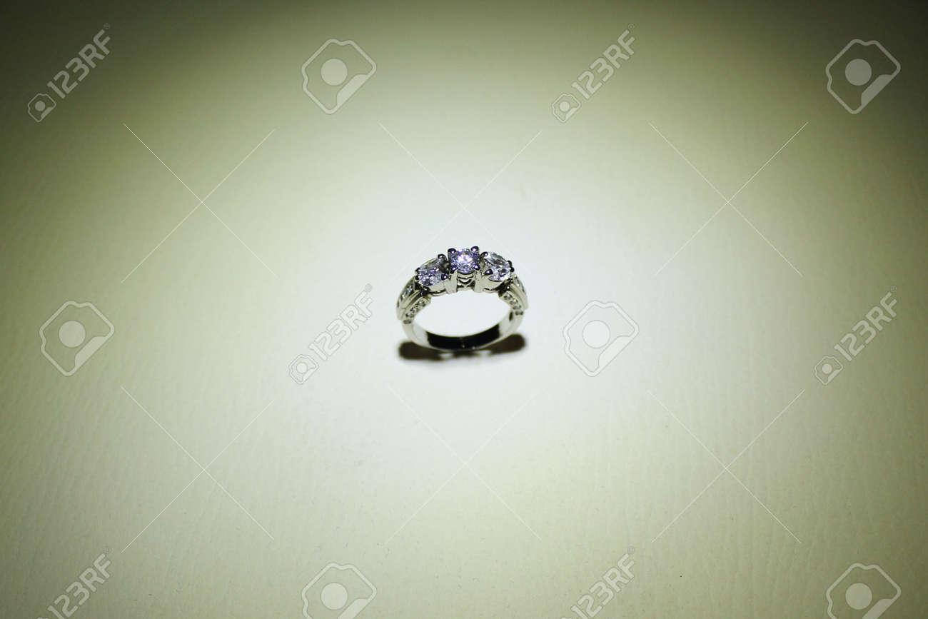 48933a88dcf8 Anillo De Bodas Con El Diamante. Signo De Amor. Joyería De Moda En ...