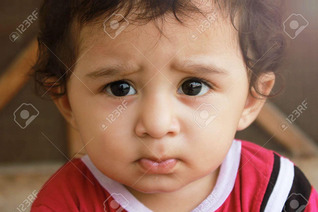 64b3e6645b14 Archivio Fotografico - Closeup up ritratto headshot sospetto, bambino  ragazzo prudente guardando la fotocamera. incredulità, scetticismo isolato  sfondo ...