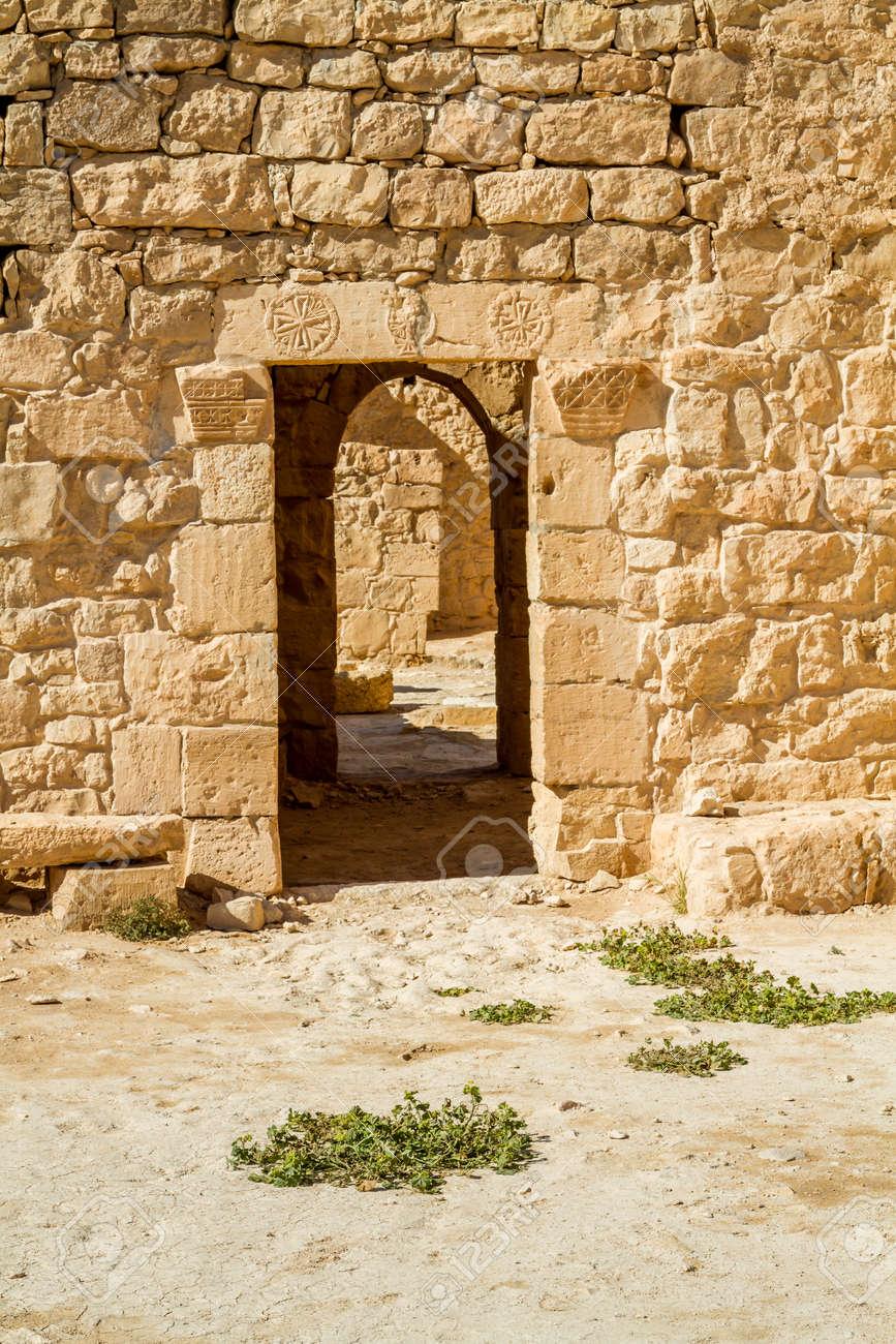 イスラエルのネゲヴ砂漠の古代ナバテア人町シヴタの遺跡 の写真素材 ...