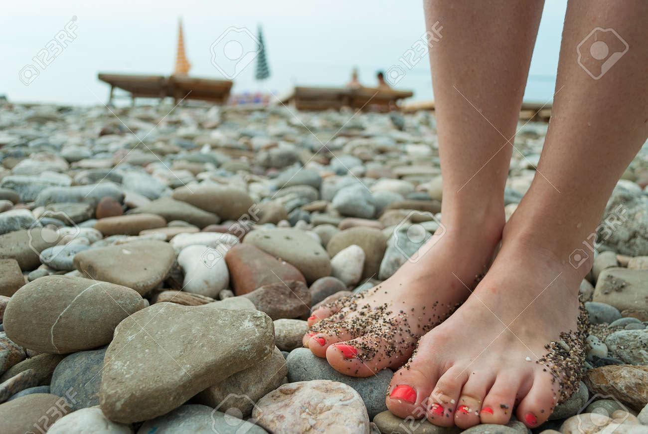 Piernas De La Mujer Con Las Uñas Rojas En La Playa De Piedra Fotos ...