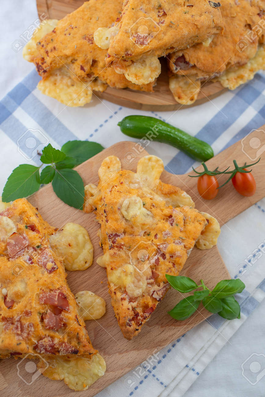 Savory scones with tomato and cheese - 129171636