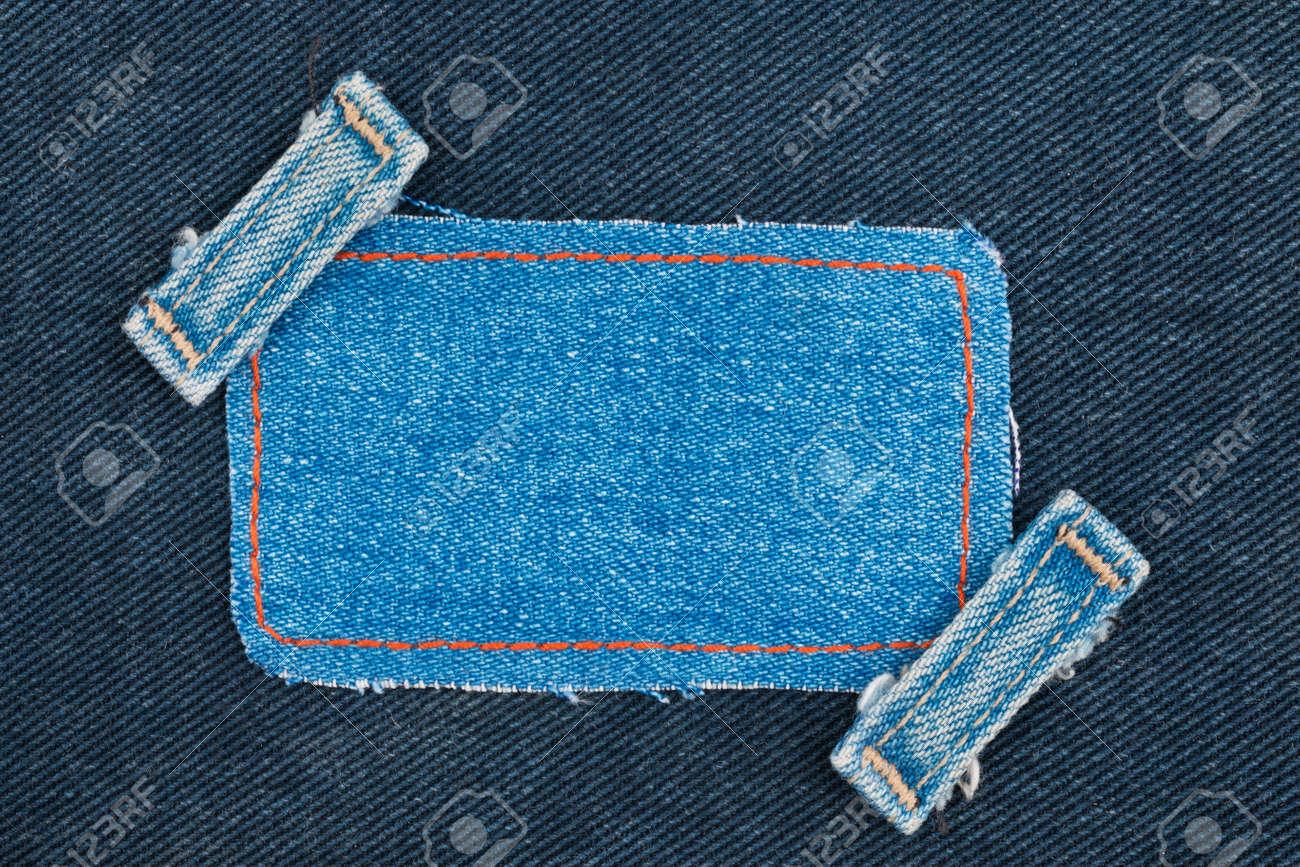 capture la vente de chaussures haut de gamme authentique Cadre, étiquette, étiquette de prix avec des jeans à deux bretelles, se  trouve sur le denim sombre, avec un espace pour votre texte