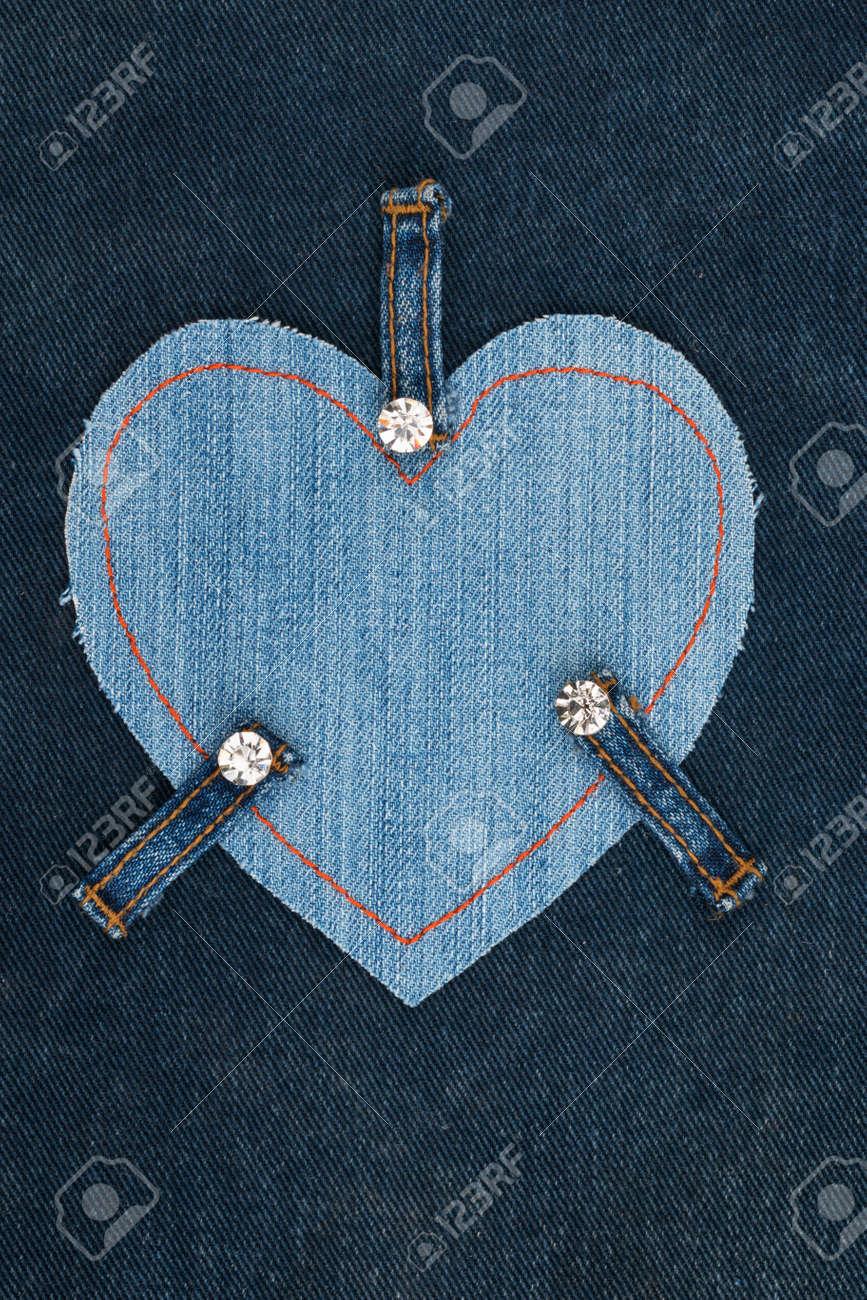 Frame Aus Jeans In Form Eines Herzens, Liegt Auf Einem Denim-Stoff ...