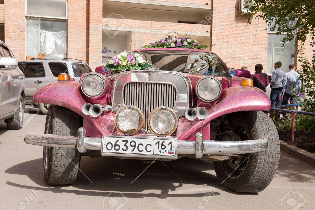 Rostow Am Don Russland 21 September Schones Auto Mit Blumen Fur