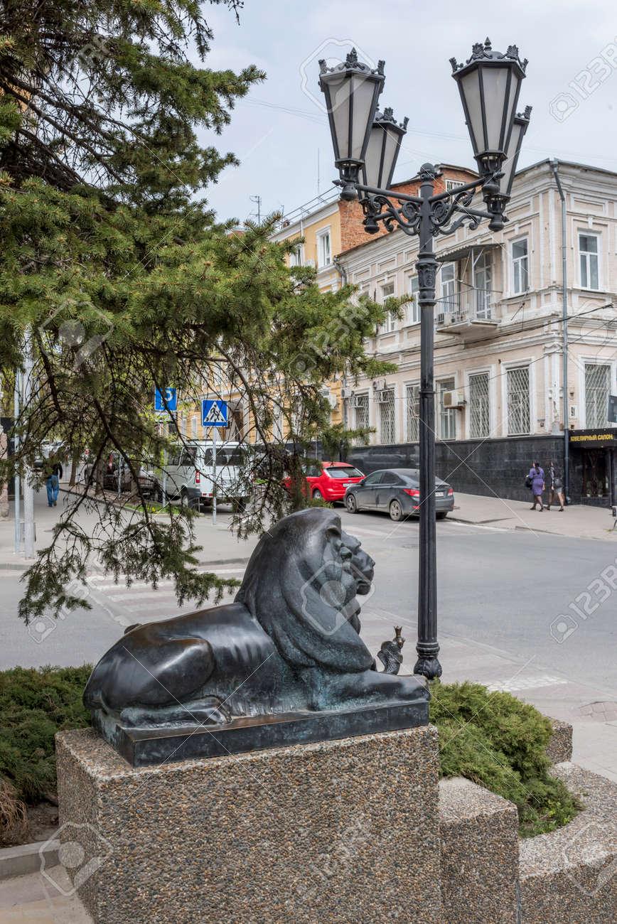 """Rostov-on-Don, RUSIA, abril 11- león que guarda la """"Goldfish (basado en la historia de Alexander Pushkin)"""". Escultor D.Lyndin el 11 de abril; 2016 en Rostov-on-Don Foto de archivo - 55890516"""
