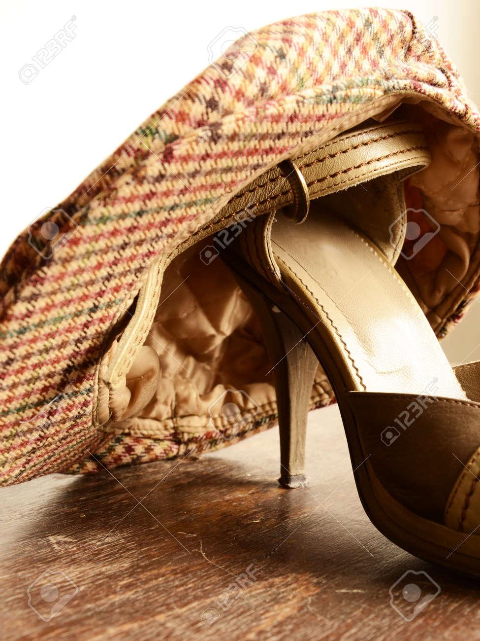 5dbbff84fb50 Banque d images - Belles chaussures de femme et un chapeau. Classique  chaussures de design et d accessoires