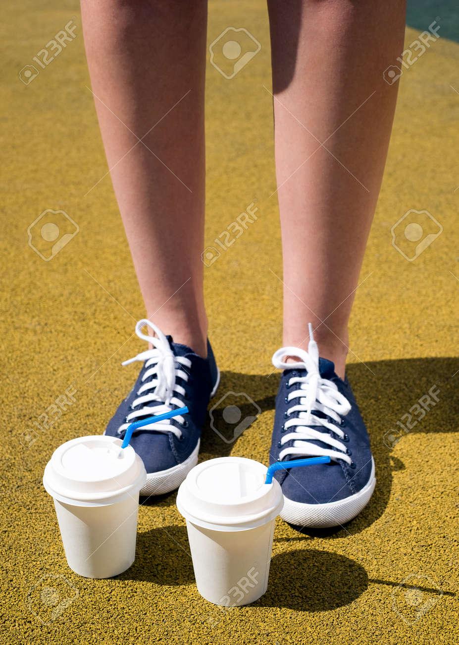 La Capa Tazas Con Café Soleado Zapatillas Pies Deporte Un Mujer De En Dos Y Día Azules Amarilla roQBWxdCe