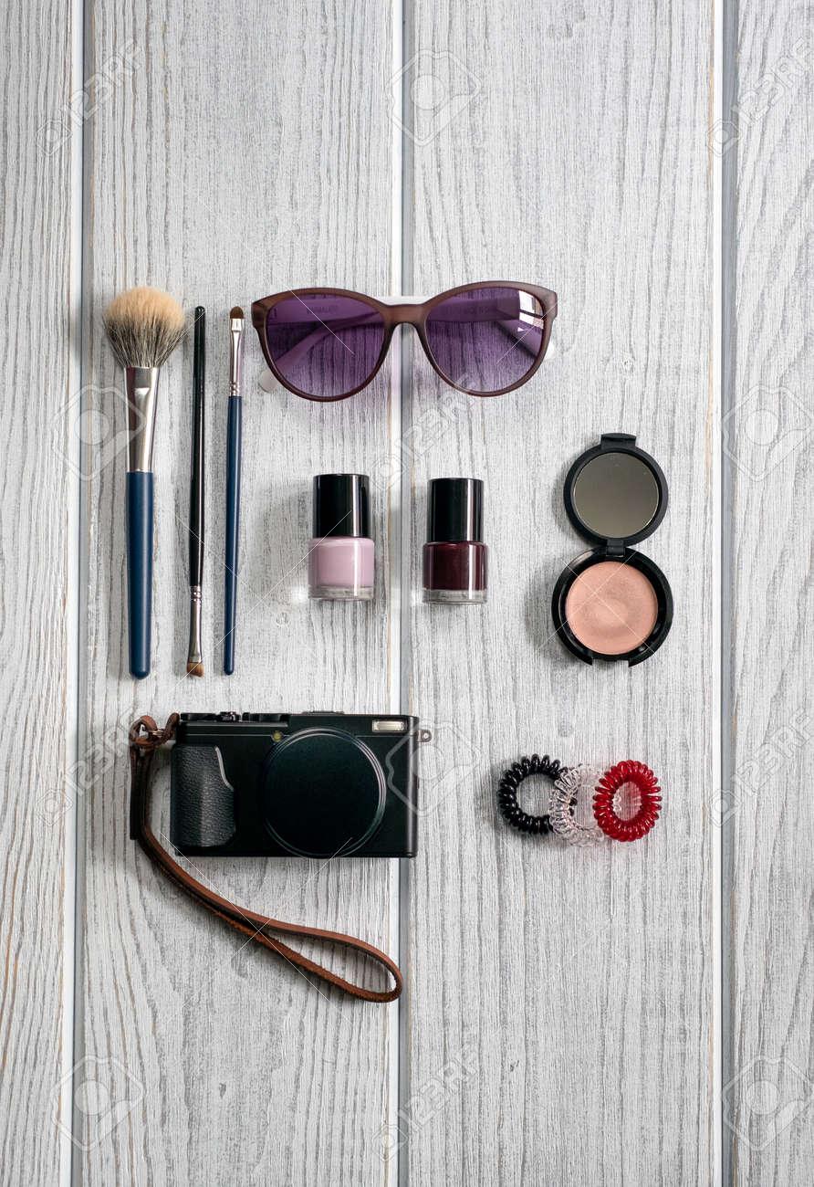 5efed12ce Accesorios para damas, cosméticos, una cámara sobre un fondo de madera  blanca Foto de
