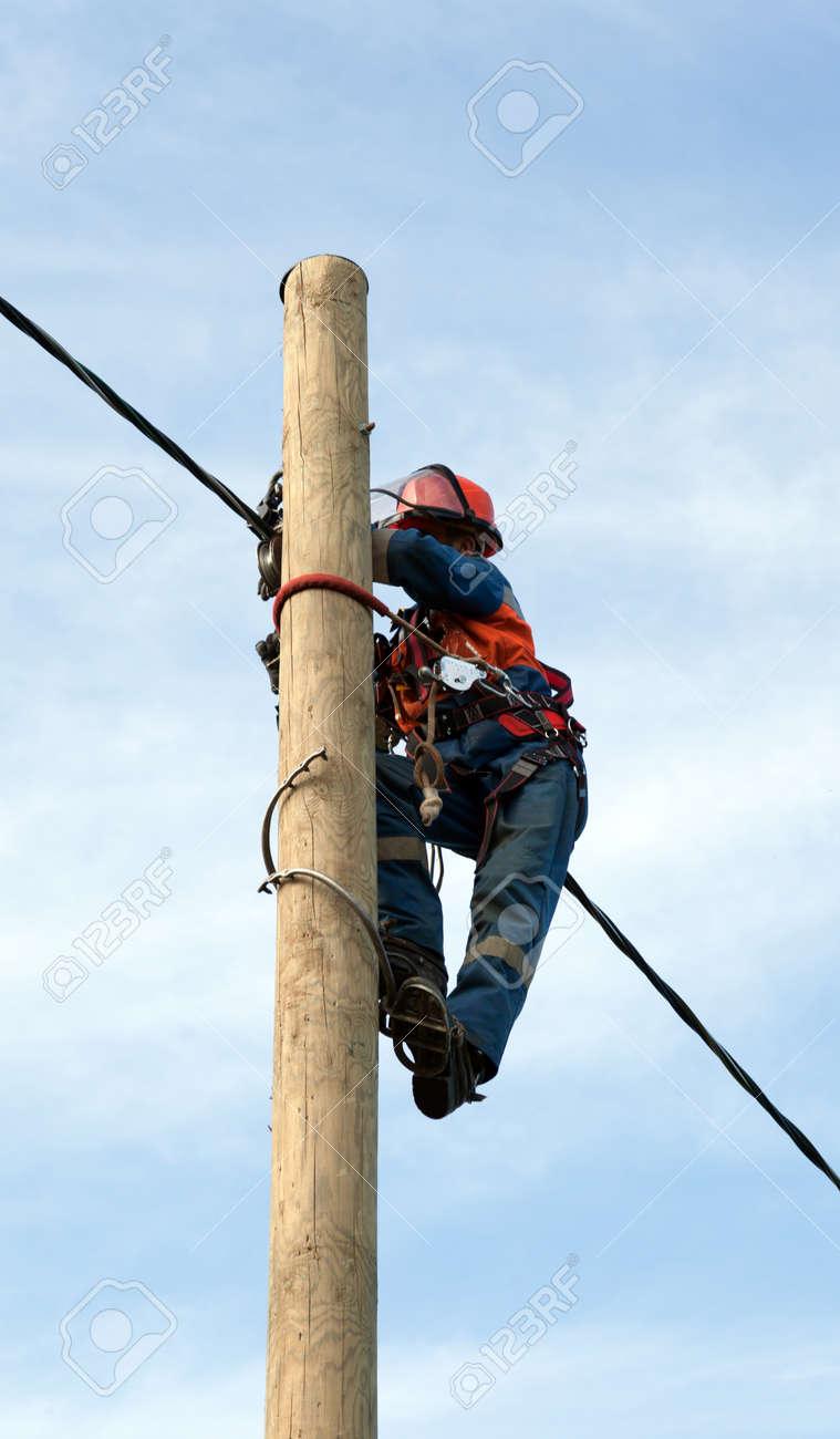 Elektriker Installiert Isolierten Draht Für Elektrische Haupt Mit ...