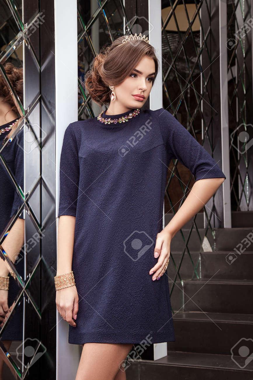Hermosa Niña Modelo Cuesta En Vestido Azul Oscuro Sobre Un Fondo De Un Espejo De Pared Maquillaje Primer