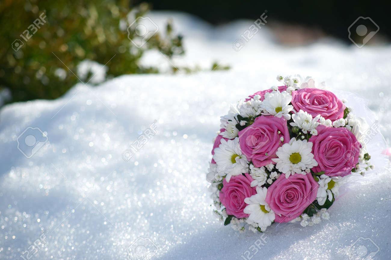 Brautstrauss Aus Rosa Rosen Und Weissen Ganseblumchen Blumen Im Schnee