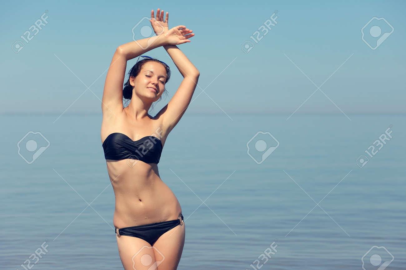 Fille Sexy En Maillot jeune fille sexy en maillot de bain à la mer banque d'images et