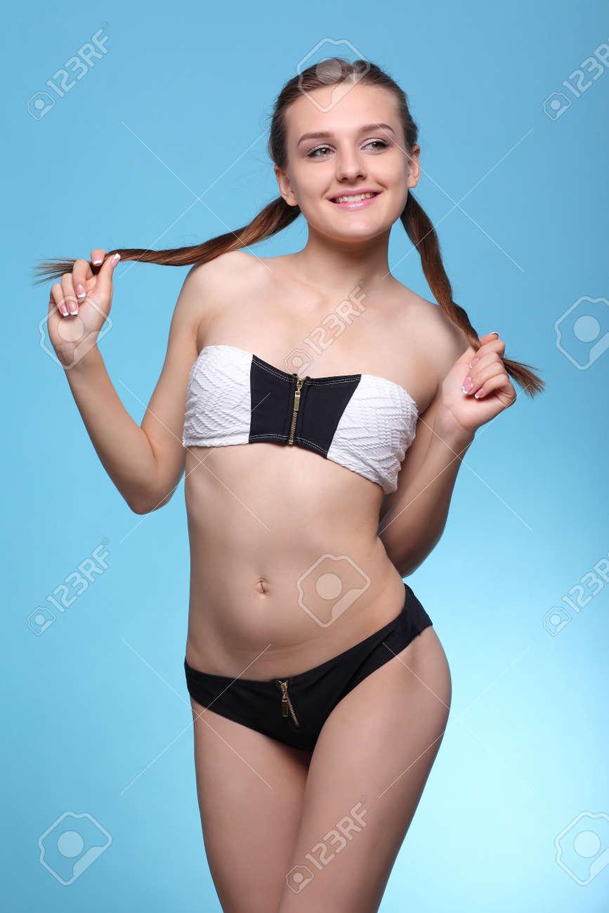 Junge Schöne Mädchen In Schwarzen Und Weißen Bikini Auf Einem Blauen