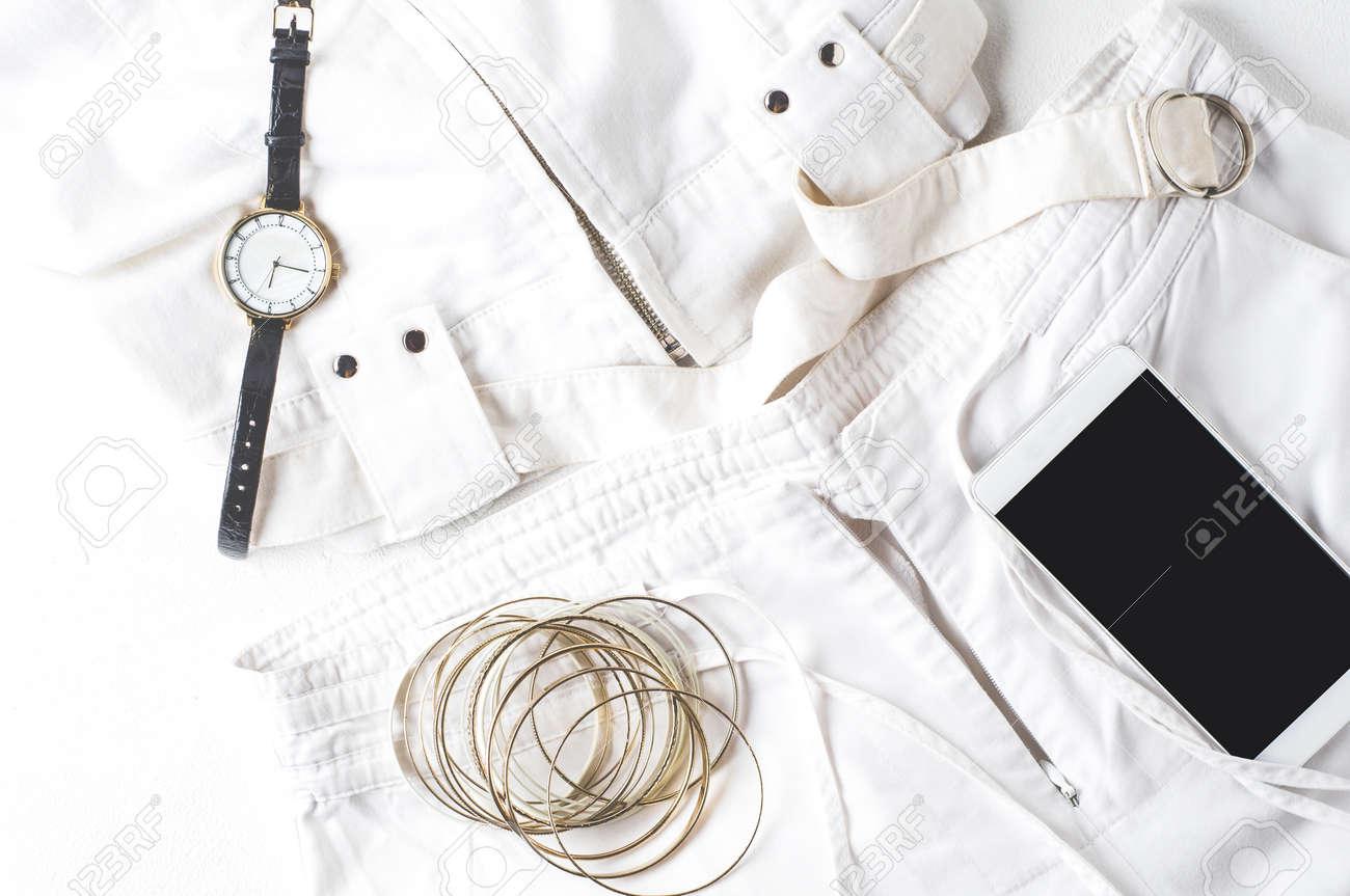 a7dd83ac6 Foto de archivo - Ropa para mujer blanca y accesorios de moda en un fondo  blanco de hormigón