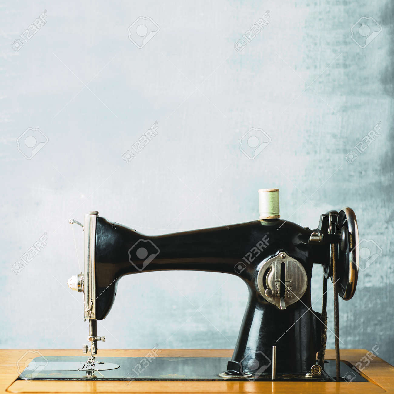 Machine A Coudre Ancienne ancienne machine à coudre vintage sur un fond gris
