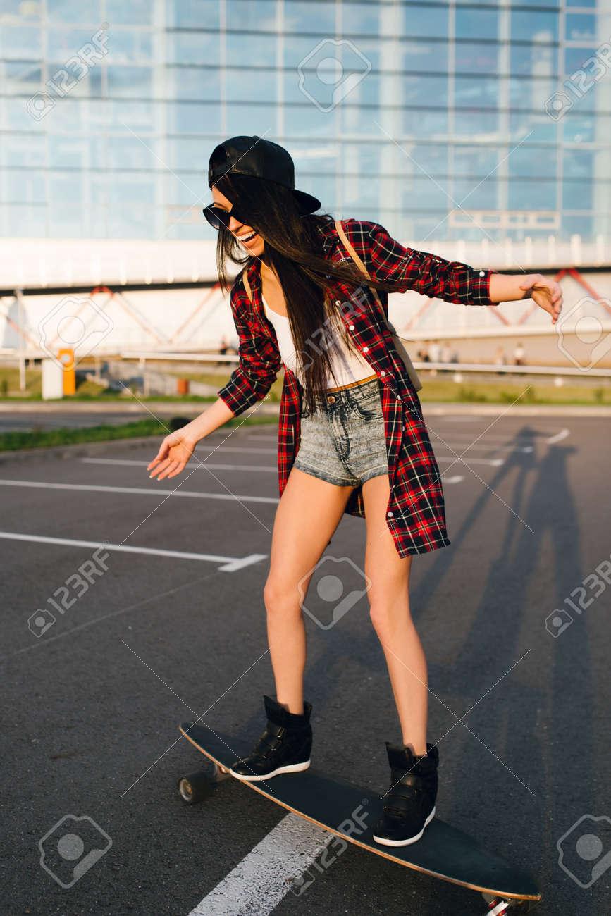 Hübsche Junge Mode-sexy Beute Mädchen Aus Holz Longboard Auf Der ...