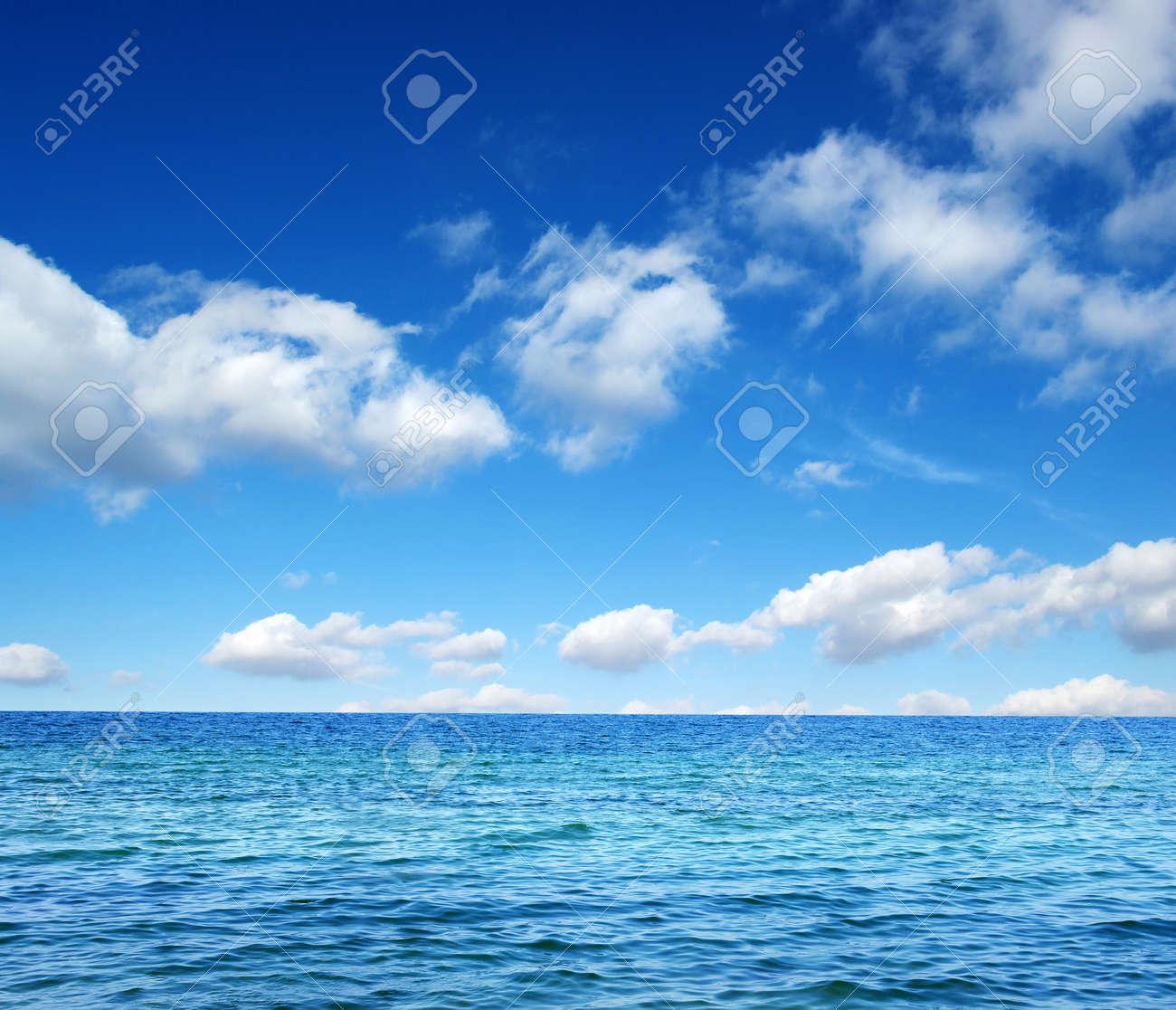 Bleu surface de l'eau de mer sur le ciel Banque d'images - 44673236